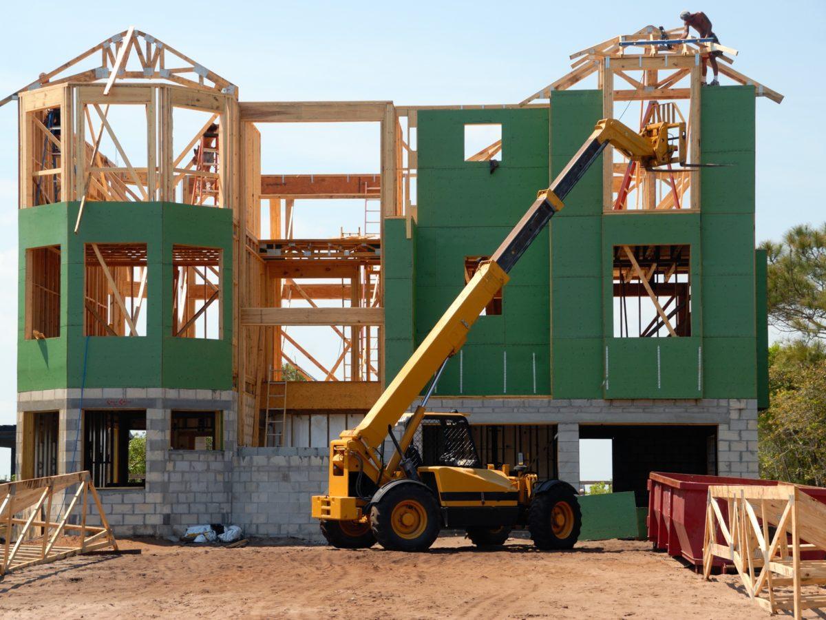 Domy drewniane czy murowane? Co jest lepszą opcją?
