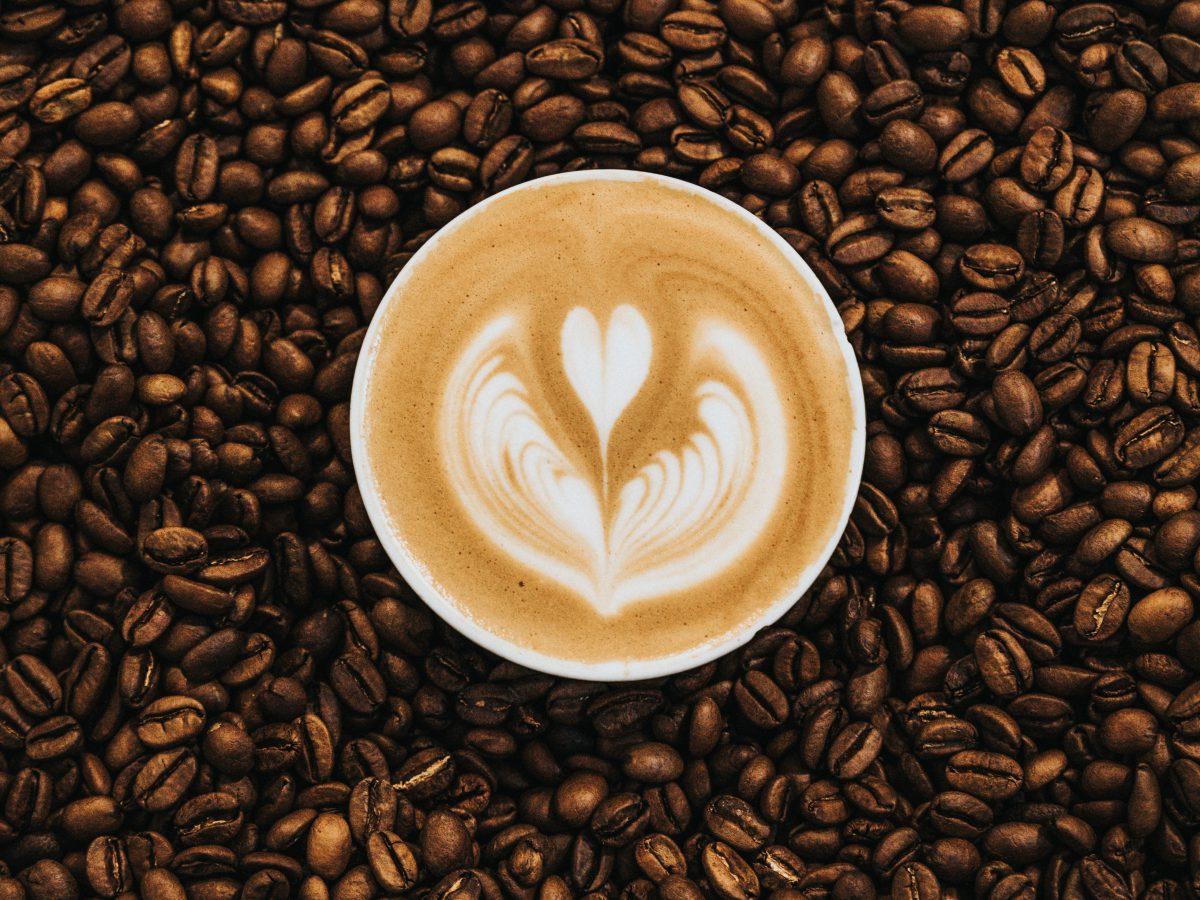 Napój, który łączy ludzi – wybierz kawę do firmy